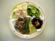 焼き肉・トマトサラダ・きゅうりとわかめの酢の物