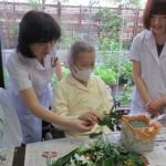 入院患者様と生け花を行いました。
