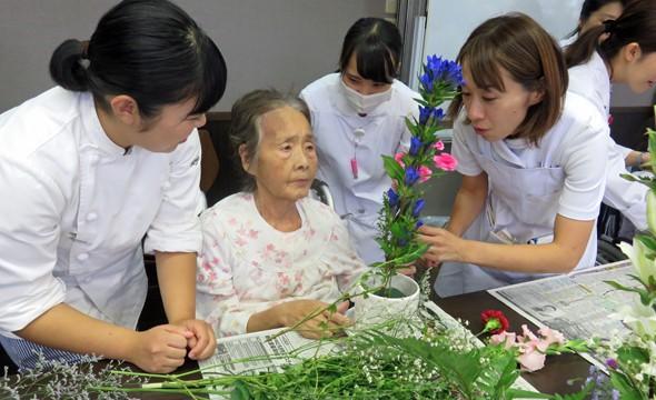入院患者様と生け花を行ないました。